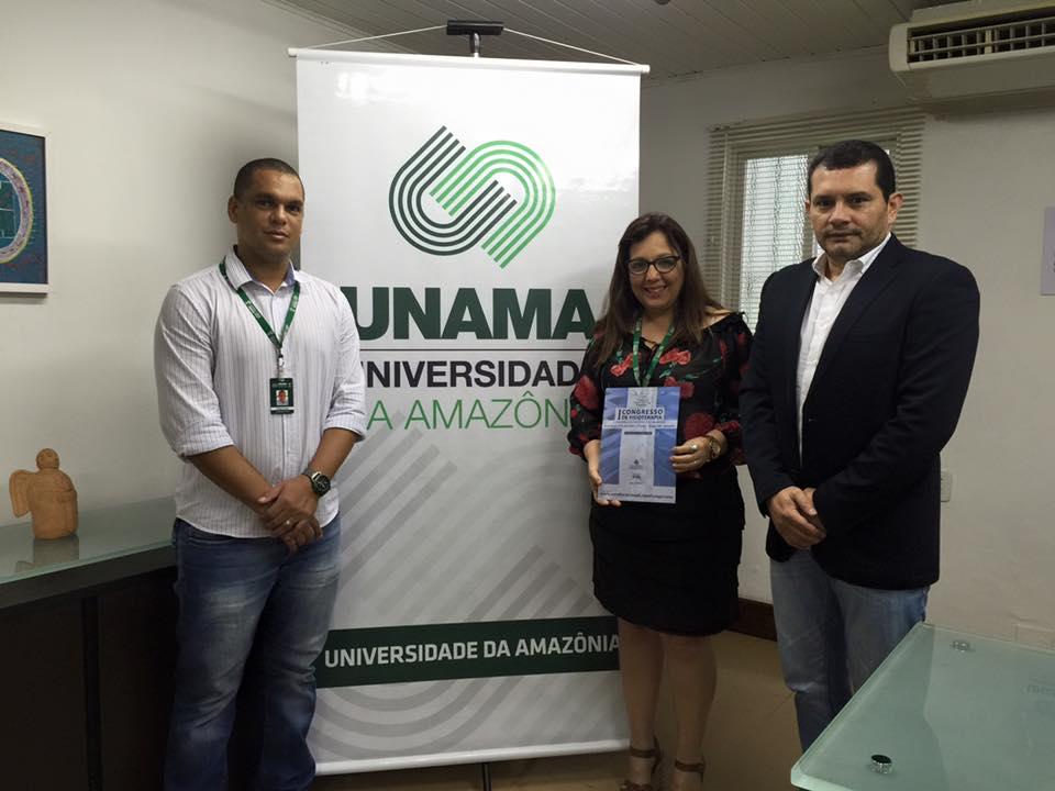 Na Unama. o Dr. Wagner Muniz (e) foi recebido pela Profª Maria Betânia Fidalgo Arroyo, vice-reitora da instituição, e pelo Profº Erielson Bossini, coordenador do Curso de Fisioterapia.
